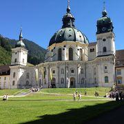 壮大な修道院。内部のフレスコ画は見事。