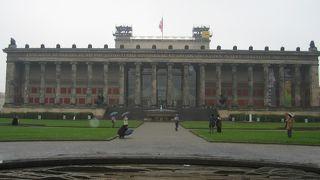 ネオクラシックの荘厳な建物