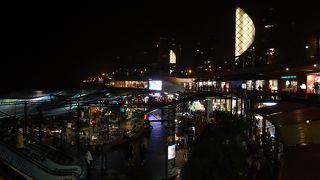 海沿いの巨大ショッピングモール