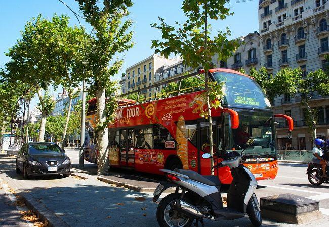 観光の周遊バスのバス停もこの通り沿い。