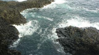 百聞は一見にしかず。遊歩道から海岸に切り立った棒状の岩が眼下に見れます