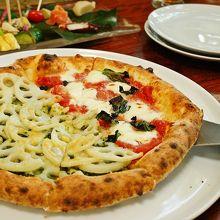 おいしいピザをのんびりと楽しむ