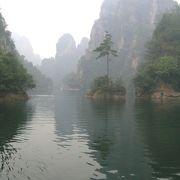 山水画の風景の湖