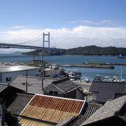 古い港町と瀬戸大橋のコントラストが面白い