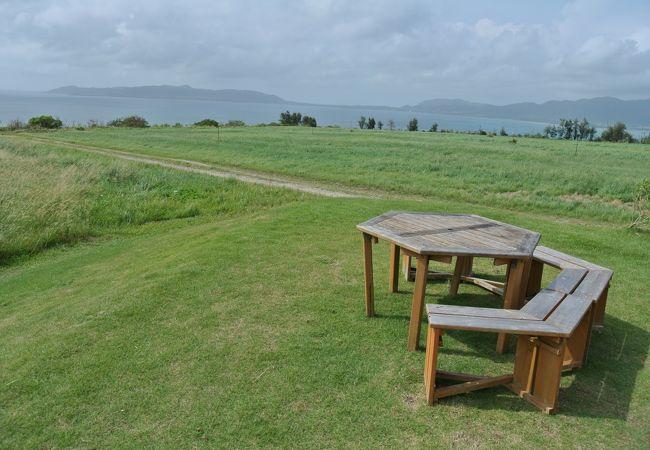 草原に席が設けてある