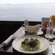 広大な相模湾と錦ヶ浦の断崖を窓越しに眺めることができます。