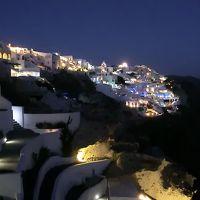 客室ベランダからのイアの夜景。手前は各客室への階段。