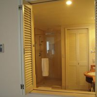 ベッドルームと一体化した開放的な客室