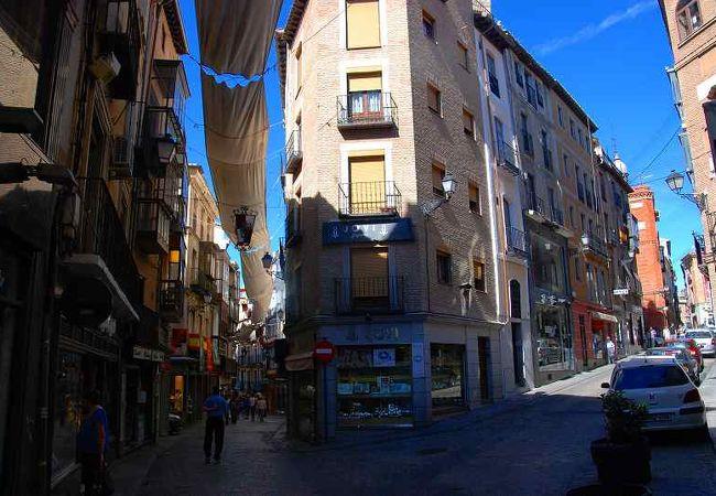 路地、舗道、家並み。。どれも中世を実感させる古都トレド