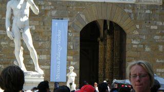 広場に面した宮殿、入口にはダヴィデ像