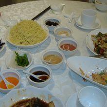 これが上海風冷麺。好みの味を追求してください