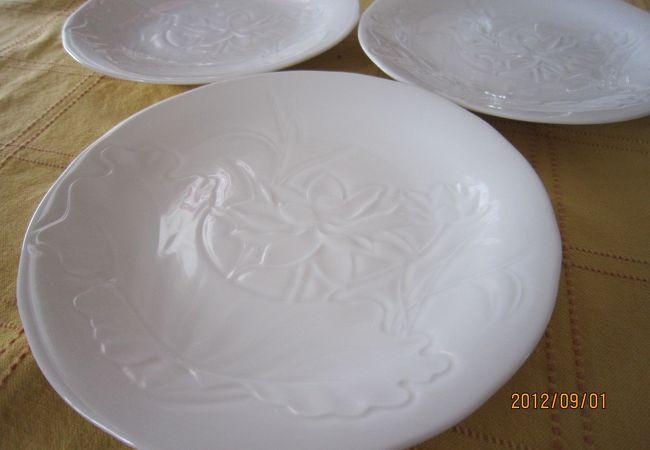 ミンロン社の白いハス柄のプレート