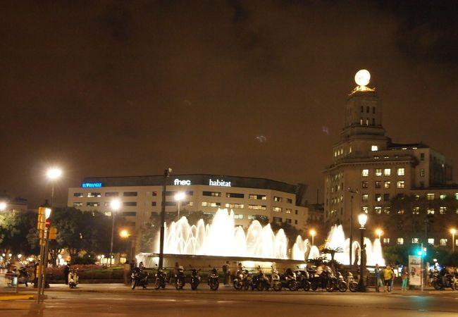カタルーニャ広場にある複合店です