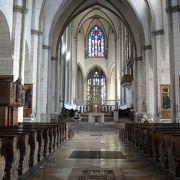 丸天井に世界最古のステンドグラスが残されています。