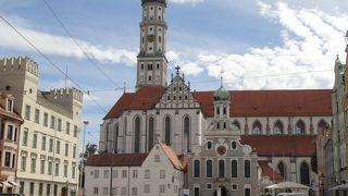 隣り合うカトリックとプロテスタントの教会。