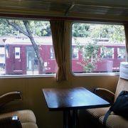 駅構内にある、東武鉄道の特急型電車を使ったレストラン