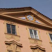 プラハ城に至る表札装飾で有名な通り