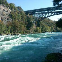 この急流には滝とはちがった魅力があります。