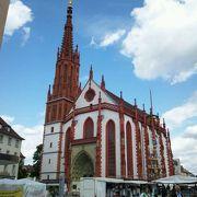 小粒だけど美しい、赤い礼拝堂