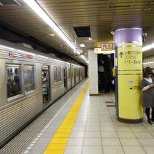 渋谷方面行の電車が停車中です。