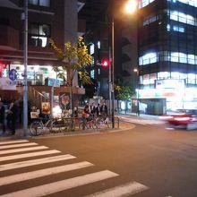 道を渡ると銭湯バン・ドゥーシュが見えてきます。