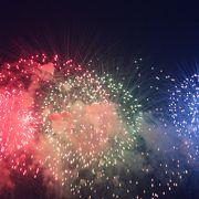 堤防道路から見るのがオススメ!色とりどりの花火