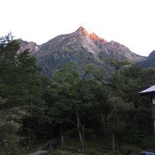 朝焼け。山がピンク色に染まります