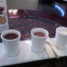 小さなカップ3種類ホットチョコレートのトリプルホットチョコ