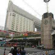 杭州駅のチケットカウンターは駅から少し離れ、乗車フロアは2階です。