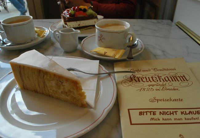 手前がバームクーヘン。向こう側がフルーツチョコレートケーキ