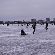 冬は凍ってスケートリンクに!