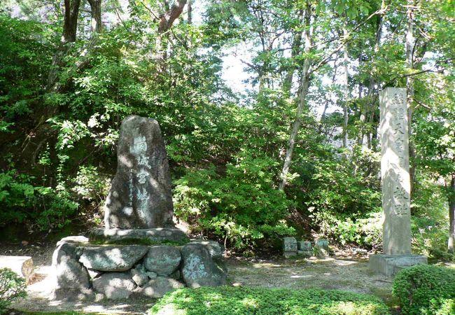 同志社大学構内の筒城宮(つつきのみや)址の碑