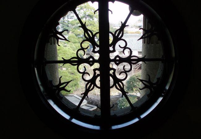 美術館の丸窓です。