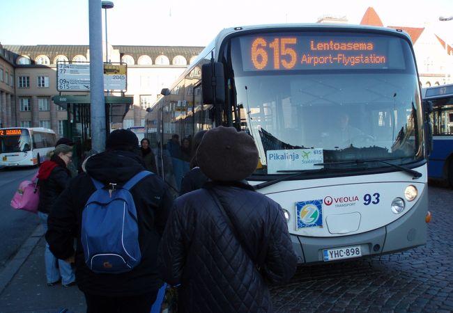 ヘルシンキ中央駅横のバス停より空港へ!
