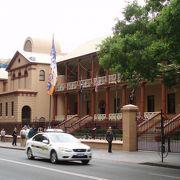 ここは現役のニューサウスウェールズ州議事堂です