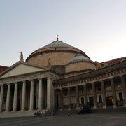 ローマのパンテオンとそっくりなパオラ聖堂