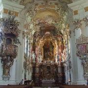 白い壁のカラフルで緻密な美しい装飾に圧倒される