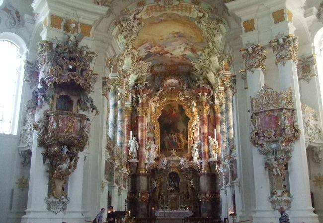 明るく美しい装飾の教会内部