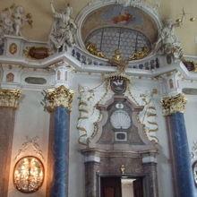博物館内部の部屋の内部の装飾