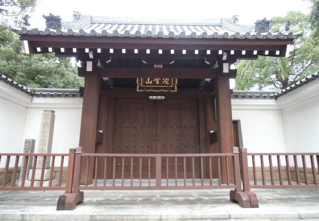 広い境内に静かに佇むお寺