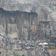3万体の仏像の中で盧舎那仏は圧巻の龍門石壁