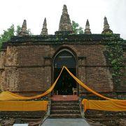 芝生に囲まれてのんびりと出来る寺院です
