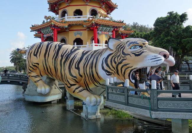 離れてみると大きな張り子の虎に見える。