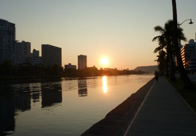 朝焼けの運河