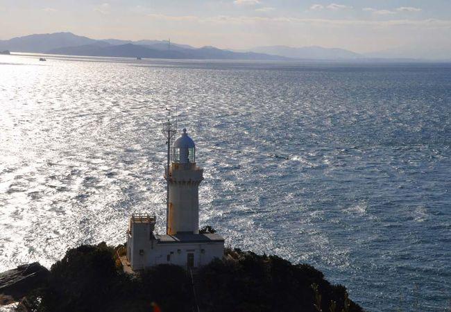 展望台から写した灯台、九州、そして海峡