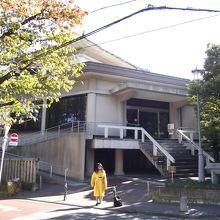 記念館入口  (2階が展示室)