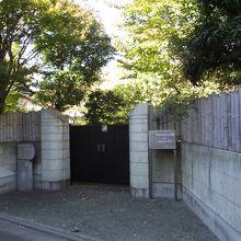 旧宅やアトリエの入口  (記念館の並び隣り)