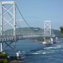 橋と渦のコントラスト