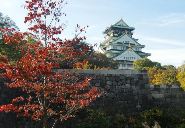 紅葉と大阪城です