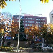 エイベックス本社前の巨大クリスマスツリー